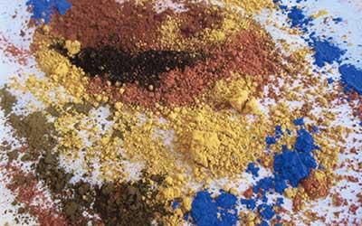 On utilise des Pigments et des Terres d'Ocre de la région